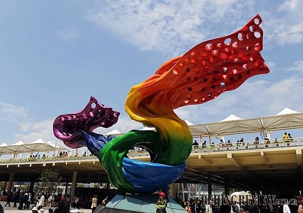 """这是上海世博会志愿者永久性纪念雕塑""""飞翔的心愿""""(4月25日摄).-"""