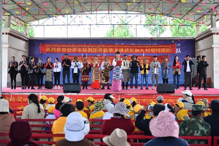 40余名演职人员赴拉monapii萨市8县区进行了32场演出