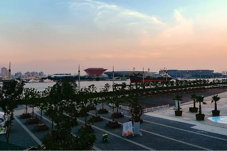 2010年上海世博会,中国馆与上海世博文化中心夜景.   摄-中国馆外景