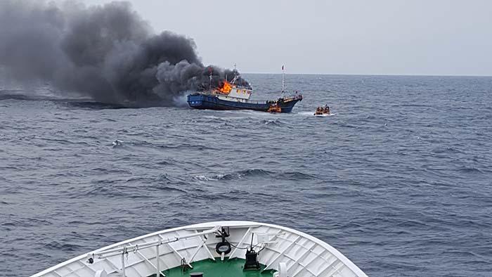 根廷击沉中国渔船_韩媒称一艘中国渔船在韩海域起火致3人死亡(组图)