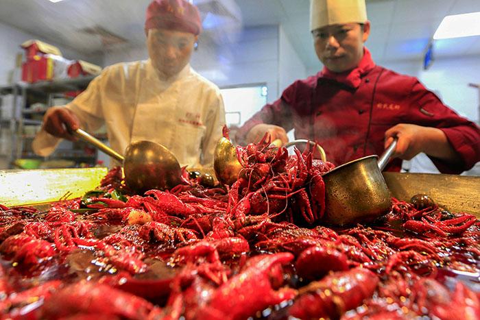 龙虾之乡 品龙虾 美味吸引食客来 组图