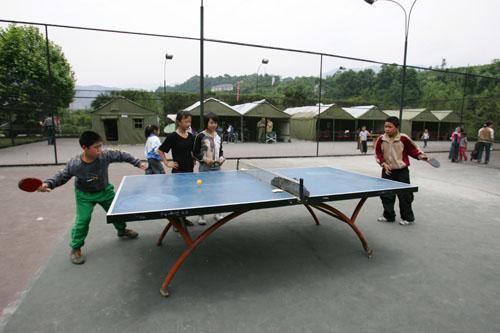 孩子们在运动场上打乒乓球庄河天漂流图片